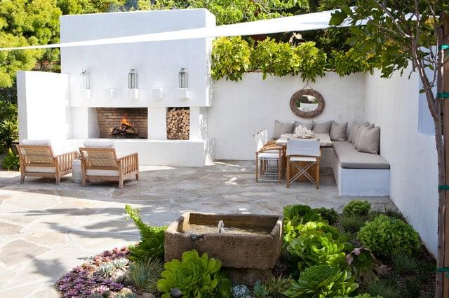 giardino con arredamento in pietra