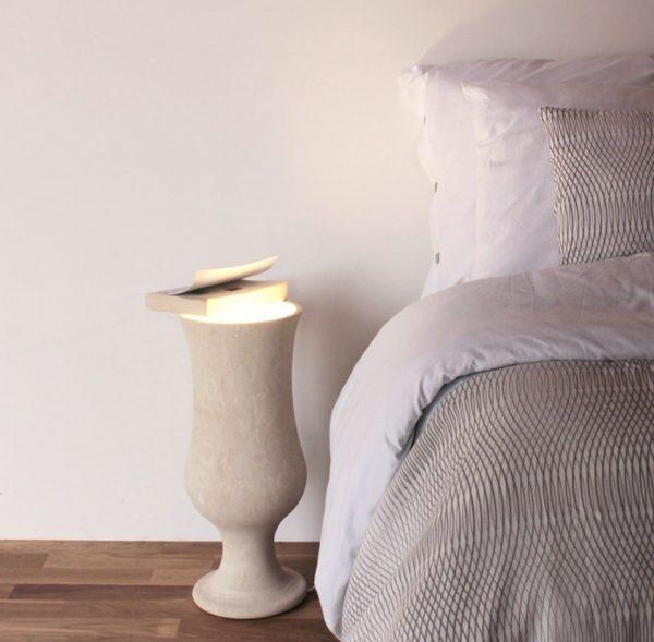 Lampada posizionabile in camera da letto o da tavolo lavorata in pietra leccese forma ed il nome del bicchiere