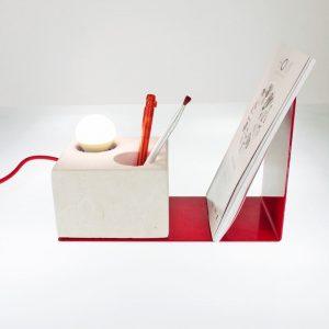 Lampada da tavolo dotata di un portapenne ed un fermalibri