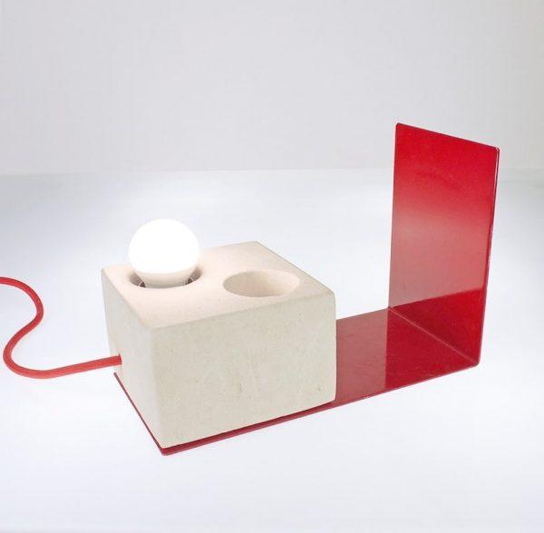 Lampada da scrivania Swot dotata di un portapenne ed un fermalibri
