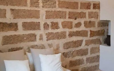 Una camera da letto da sogno con rivestimenti e applique in pietra leccese