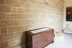 I rivestimenti in pietra per muri / pareti con problemi di umidità.